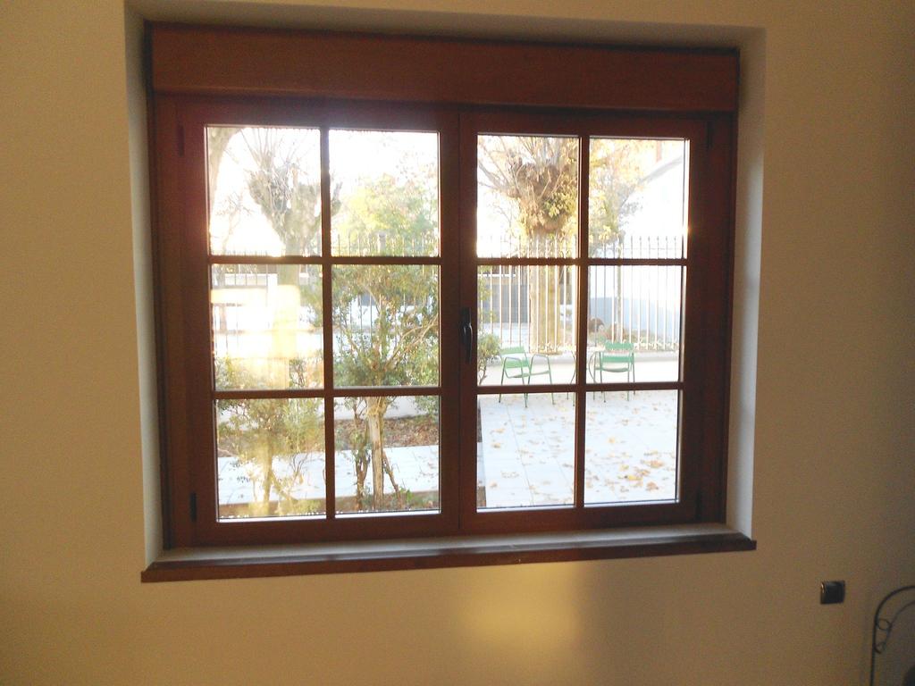 Curvados plaza sl aluminio y mamparas for Ventanas de aluminio con marco de madera